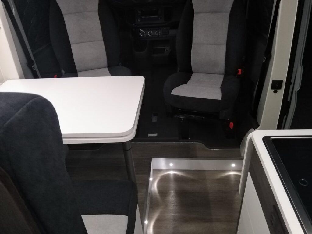 VW Crafter Zona de refeições iluminárias chão